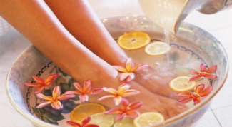 Как лечить опухшие ноги