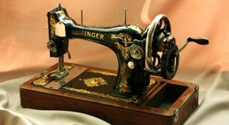 Как заправить нитку в ручную швейную машинку