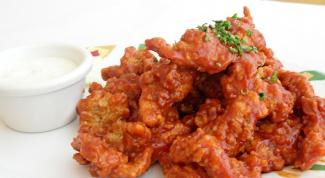 Как приготовить хрустящие куриные крылышки с розовым соусом