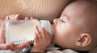 Как держать бутылочку при кормлении