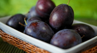 How to make natural wine from plums
