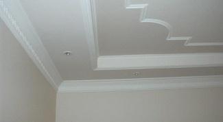 Как снять старую побелку с потолка