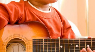 Как научить детей играть на гитаре