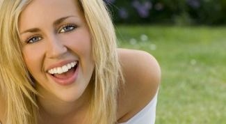 Как домашними средствами отбелить зубы