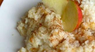 Как приготовить рисовую кашу с яблоками, изюмом и курагой