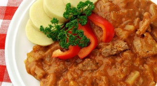 How to cook pork stewed in sour cream