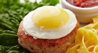 Как приготовить бифштекс с яйцом