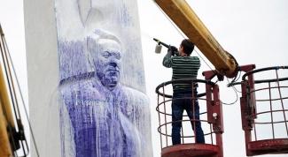 Зачем облили чернилами памятник Ельцину