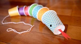 Как сделать змею из пластиковых стаканчиков
