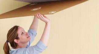 Уроки ремонта: клеим потолочную плитку