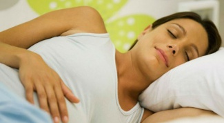 В какой позе спать беременным