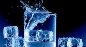 Как перевернуть стакан с водой так, чтобы вода не вылилась