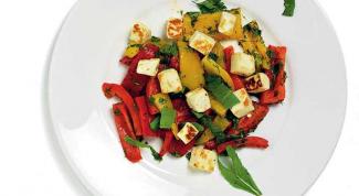 Салат с печеными перцами и халлуми