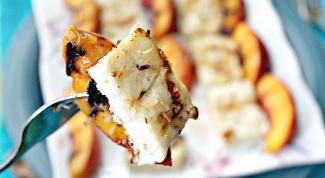 Закуска из персиков с сыром халлуми