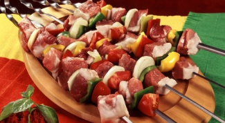 Skewers of pork marinated with mayonnaise with lemon juice