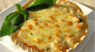 Julienne of chicken with mushrooms in puff pastry