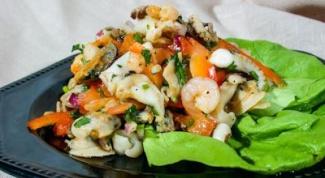 Как приготовить салат с морским коктейлем и овощами