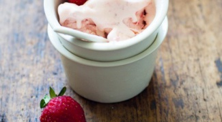 How easy it is to make delicious strawberry ice cream at home