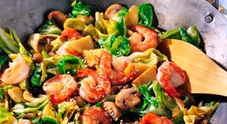 Как легко приготовить креветки с овощами