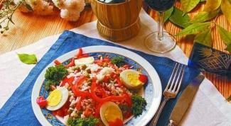Салат из красного перца, зеленого горошка и риса