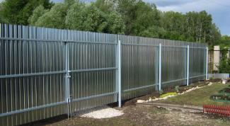 Из чего лучше сделать забор на дачном участке