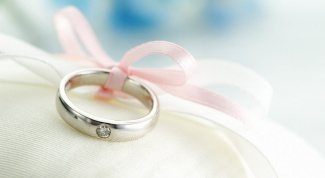 What to give for first wedding anniversary