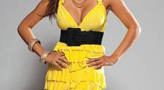Желтое платье: выбор аксессуаров