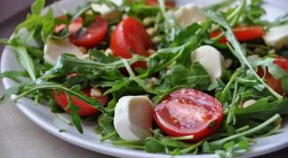 Легкий салат с сыром, томатами и зеленью