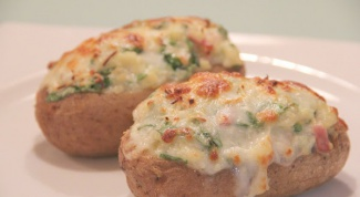 Как запечь картофель, фаршированный сыром и шпинатом