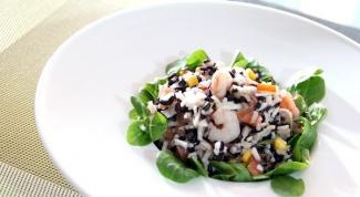 Как приготовить салат с рисом, креветками и копченым лососем