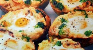 Запеченный картофель с ветчиной и яйцом