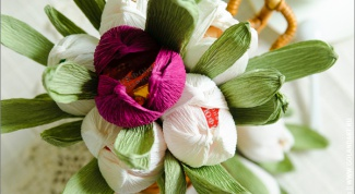 How to make flowers out of sweets and corrugated paper