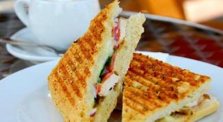 Бутерброд с беконом и кофе