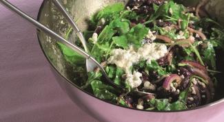 Как приготовить салат из красной фасоли с творожным сыром, красным луком и сезонным салатом
