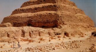 Чем знаменита ступенчатая пирамида Джосера