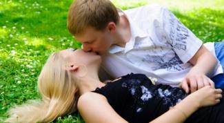Как понять, что парень хочет поцеловать девушку