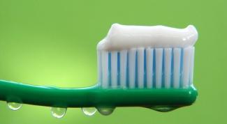 Как выбрать зубную пасту при слабой эмали
