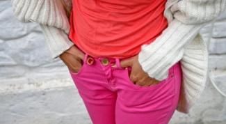 С чем сочетать яркие джинсы или юбки цвета фуксии