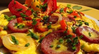 Как приготовить овощной омлет с картофелем и колбасой