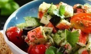 Диетический салат с крабовыми палочками
