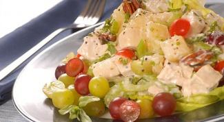 Куриный салат с виноградом, каперсами и орехами