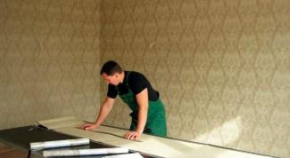 Оклеивание стен флизелиновыми обоями