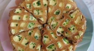 Ажурные блинчики с омлетом, зеленью и сыром