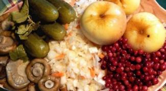 Постные блюда: салат витаминный, овощи, запеченные в горшочках, кисель из плодов шиповника