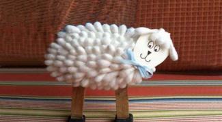 Поделки к Новому году: коза из ватных палочек