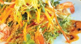 Тайский салат из индейки с креветками и манго