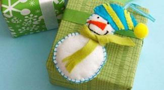 Подарок на Новый год своими руками: магнит-снеговик из фетра