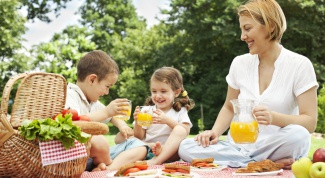 Что положить в корзинку для пикника, собираясь на отдых с детьми