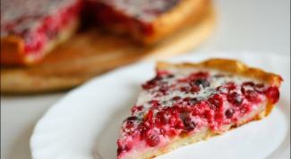 Открытый пирог из дрожжевого теста с брусникой