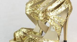 С чем носить золотые босоножки